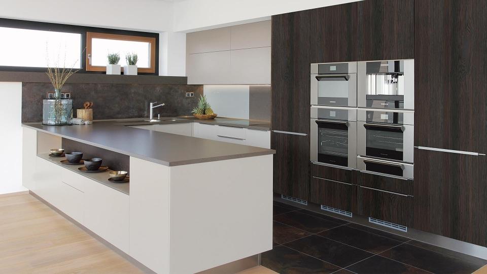 kuchyne sykora kaschmir v kombinaci s tmavou dyhou do tvaru U