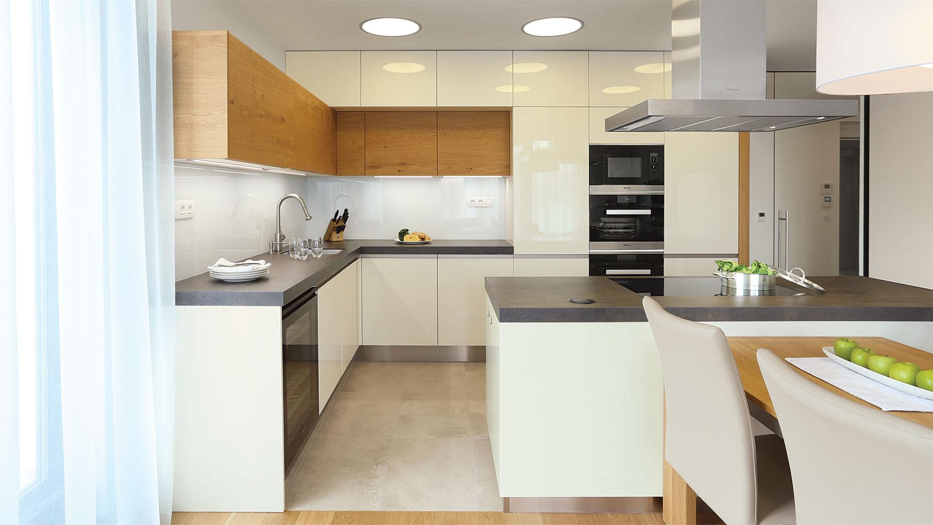 leskla svetla kuchyne kombinace vanilka lesk a dyha s tmavou pracovni deskou z prirodniho kamene
