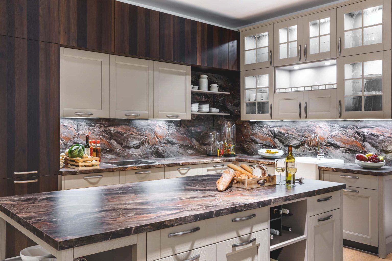 rustikalni kuchyne v modernim provedeni, kombinace lak kashmir a tmava dyha, pracovni deska imitace kamene