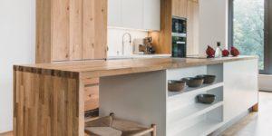 Kuchyně v provedení bílý lak lesk a dýha