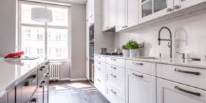 rustikální bílá kuchyně