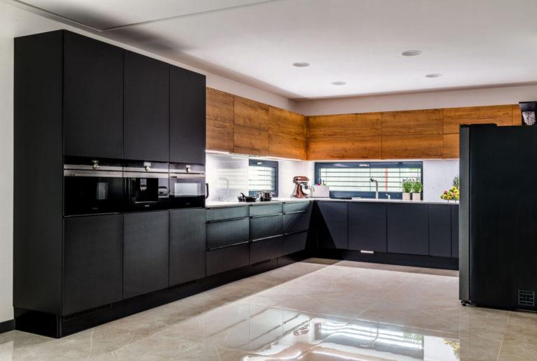 moderni cerna kuchyne, jednotna linie, jednoduchy design, cerna kombinace s laminem dekor dreva