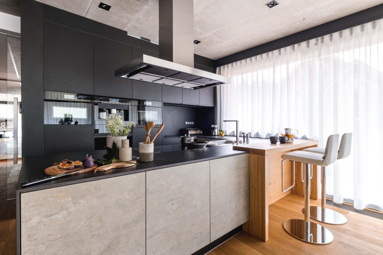 tmava moderni kuchyne sykora, jednoduche linie cisty design