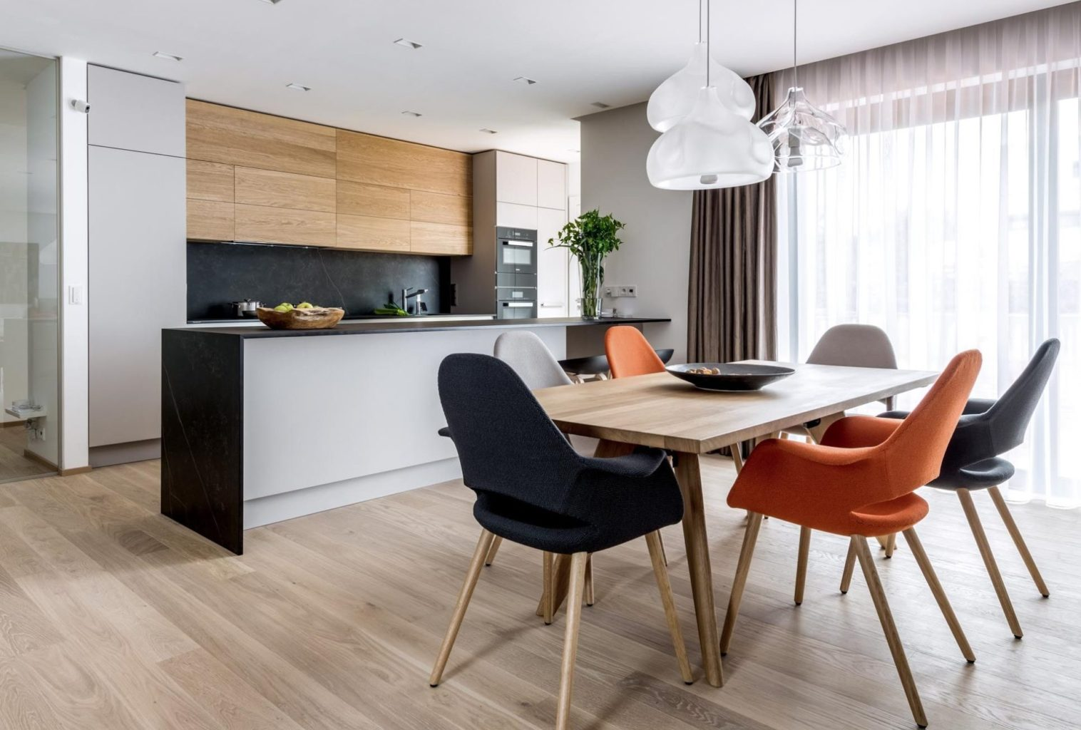 designova kuchyne sykora, kombinuje sedy lak, dyhu a prirodni kamen