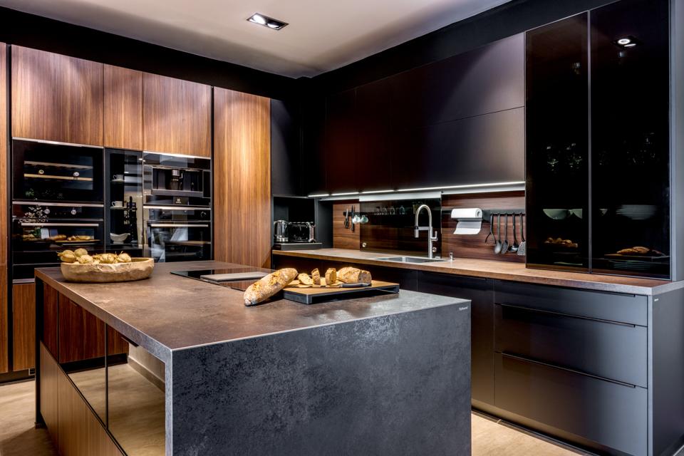 modni kuchyne v tmavem provedeni kombinace lak matt, tmava dyha a mdf pracovni deska imitace kamene